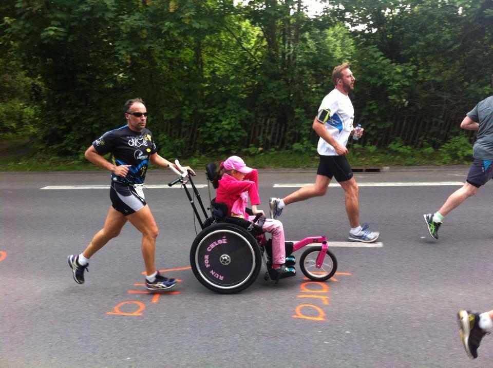 Personne handicapée sur bitume