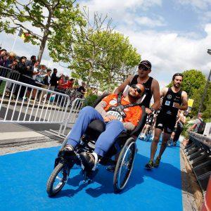 Personne handicapée qui franchit la ligne d'arrivée