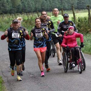 Personne handicapée sur route de campagne