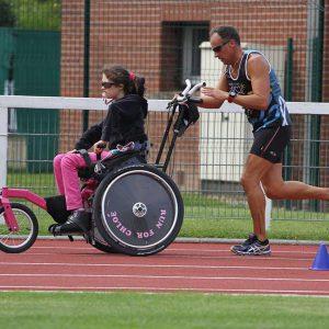 Fille handicapée en course sur piste
