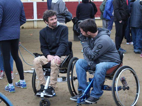 Discussion entre personne en fauteuil