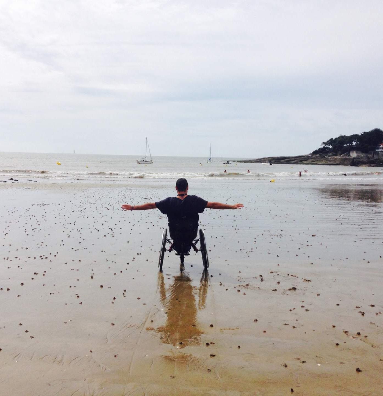 Personne handicapée heureuse en mer