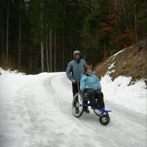Randonnée en fauteuil sur la neige