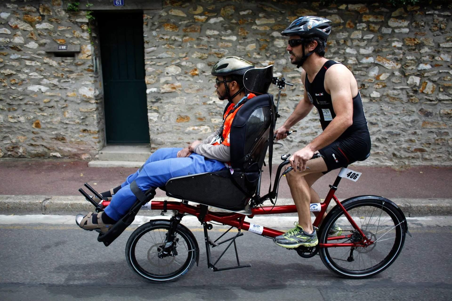 Personne handicapée en vélo de profil