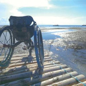 Fauteuil roulant 3 roues tout chemin TraceS sur ponton en bois